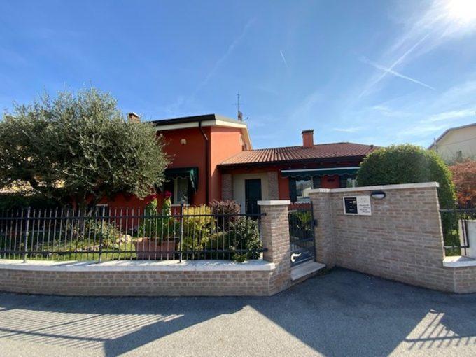 Villa Singola recente a Mestrino, con gran portico e giardino